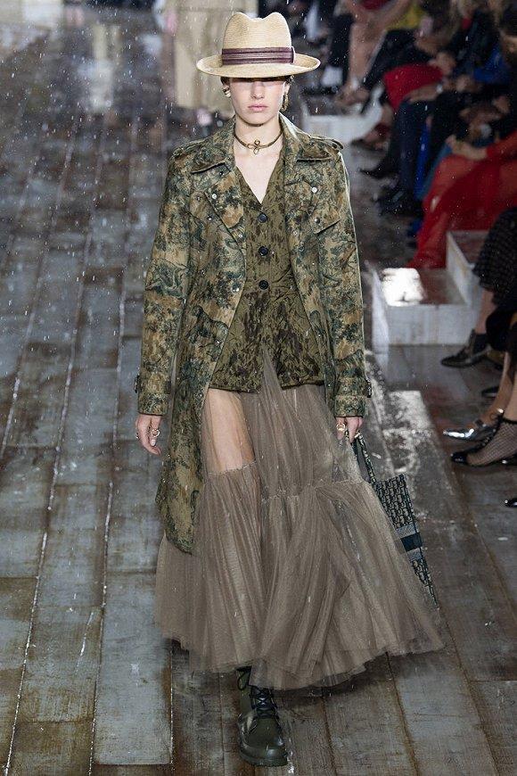 迪奥早春系列Dior Resort 2019: 墨西哥女骑士的雨中秀