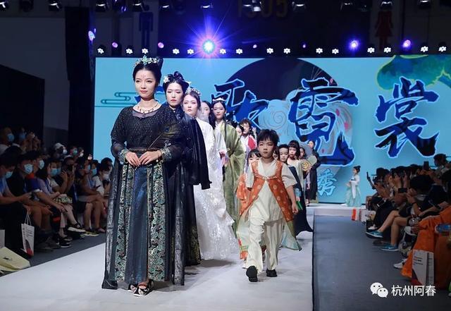 在第24届杭州纺博会上看秀:越歌霓裳