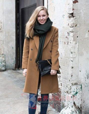 驼色大衣配围巾 造型好看气质最佳