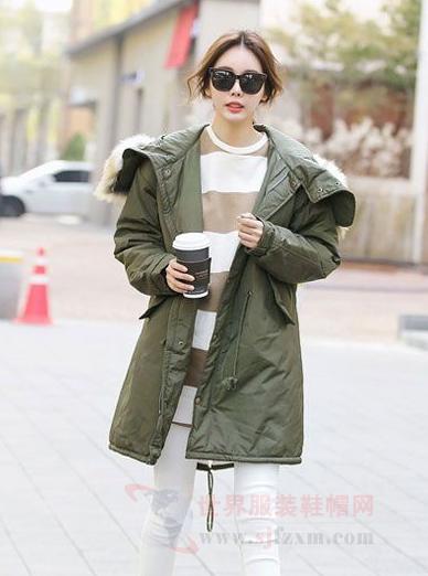 韩国冬季穿衣风格 军绿色外套人手一件-世界服