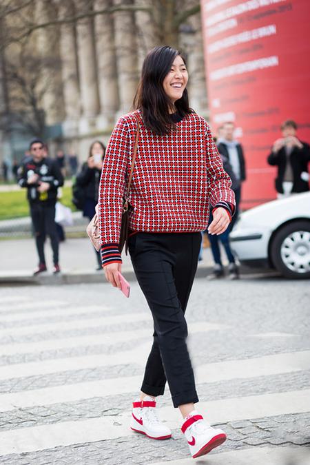 刘雯示范时髦扮酷 穿运动鞋+西裤