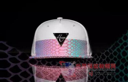 SHINE LI   SHINE LI,是由国内帽饰设计师Shine Li(李姗)于2009年创立的同名帽饰品牌,产品系列主要为帽子、发饰。Lets Imagine(让我们去想象)是设计师的核心理念,不断尝试材质的突破再造,打破固有规范的束缚。   该品牌以其自由奇幻的设计风格深得明星、时尚达人的喜爱和追捧,短短几年的时间里以独立店面的形式先后入驻北京SKP(原新光天地)、西单老佛爷百货、新金源燕莎、朝阳大悦城以及三里屯太古里。