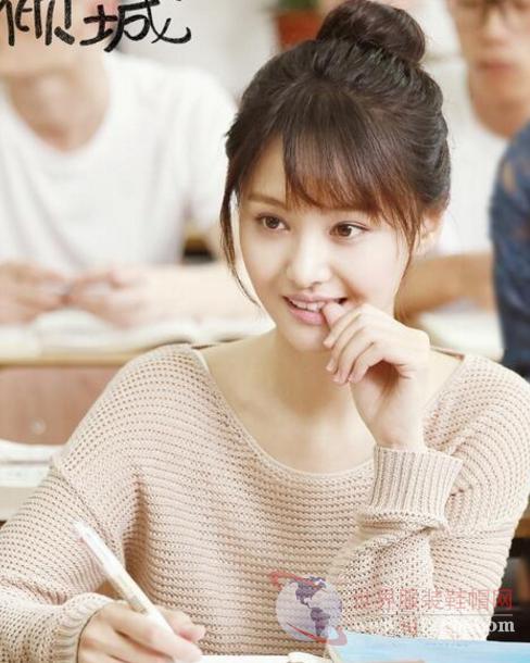 《微微一笑很倾城》甜蜜热播 郑爽剧中同款初秋单品引领时尚
