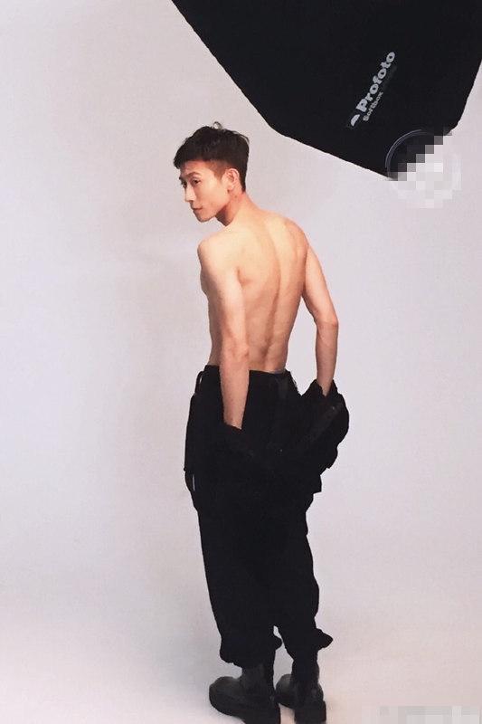 张一山裸上身背带裤造型拍大片 网友:穿衣显瘦 脱衣有肉原来就是这样!