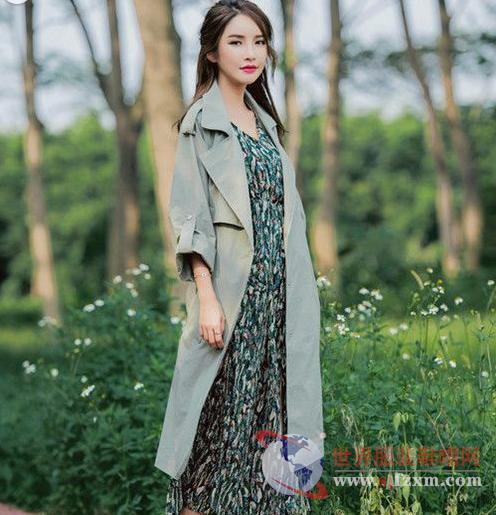 学学街拍美女的穿法 风衣可以温婉有魅力-世界