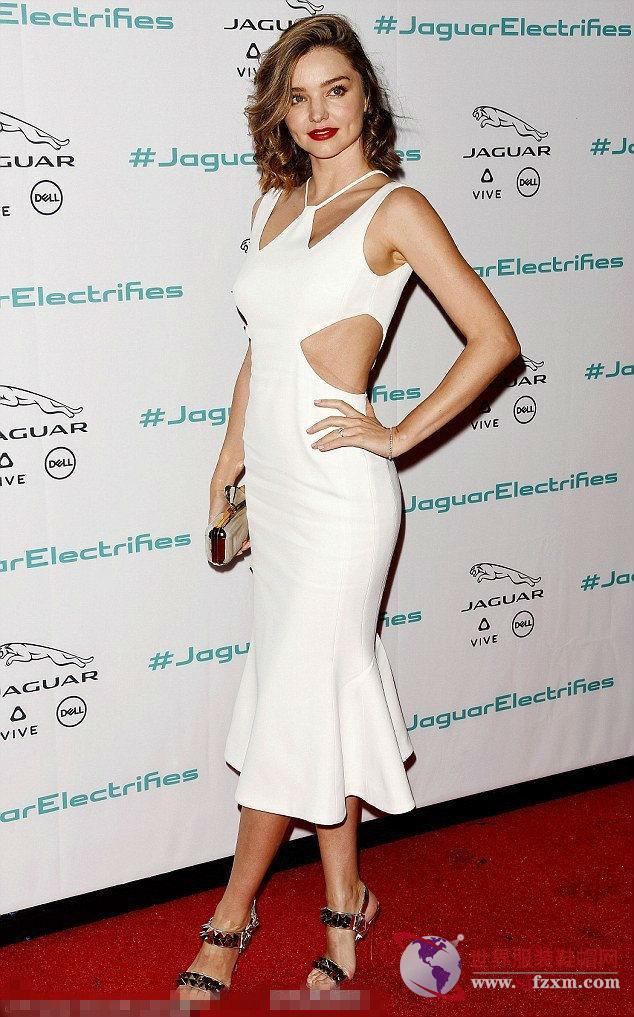 米兰达·可儿一袭紧身白色连衣裙出席活动图片
