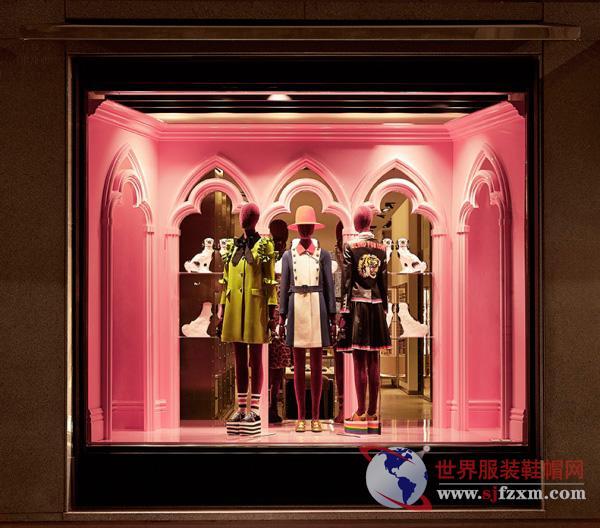 橱窗配色也不尽相同:粉色代表女士成衣与配饰;浅蓝色代表男士成衣与配饰;绿色代表中性成衣与配饰。   延续古驰展示橱窗的一贯传统,本次的全新设计也展现出迷离的超现实效果现实与幻想相互交织而成的梦幻景象。