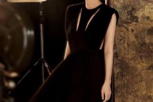 沒想到趙薇也是高級臉,頭發后梳穿黑色輕紗裙,側顏線條太完美了