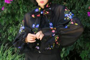 Yamy最新街拍:穿黑色蝙蝠衫搭配短褲,優雅又洋氣