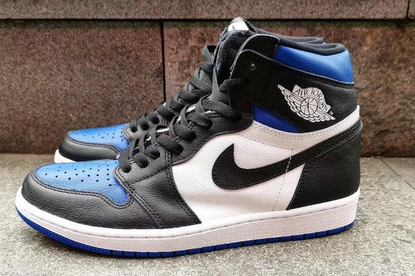 AJ1 鞋款全新黑蓝主题配色实物曝光,黑蓝脚趾氛围~