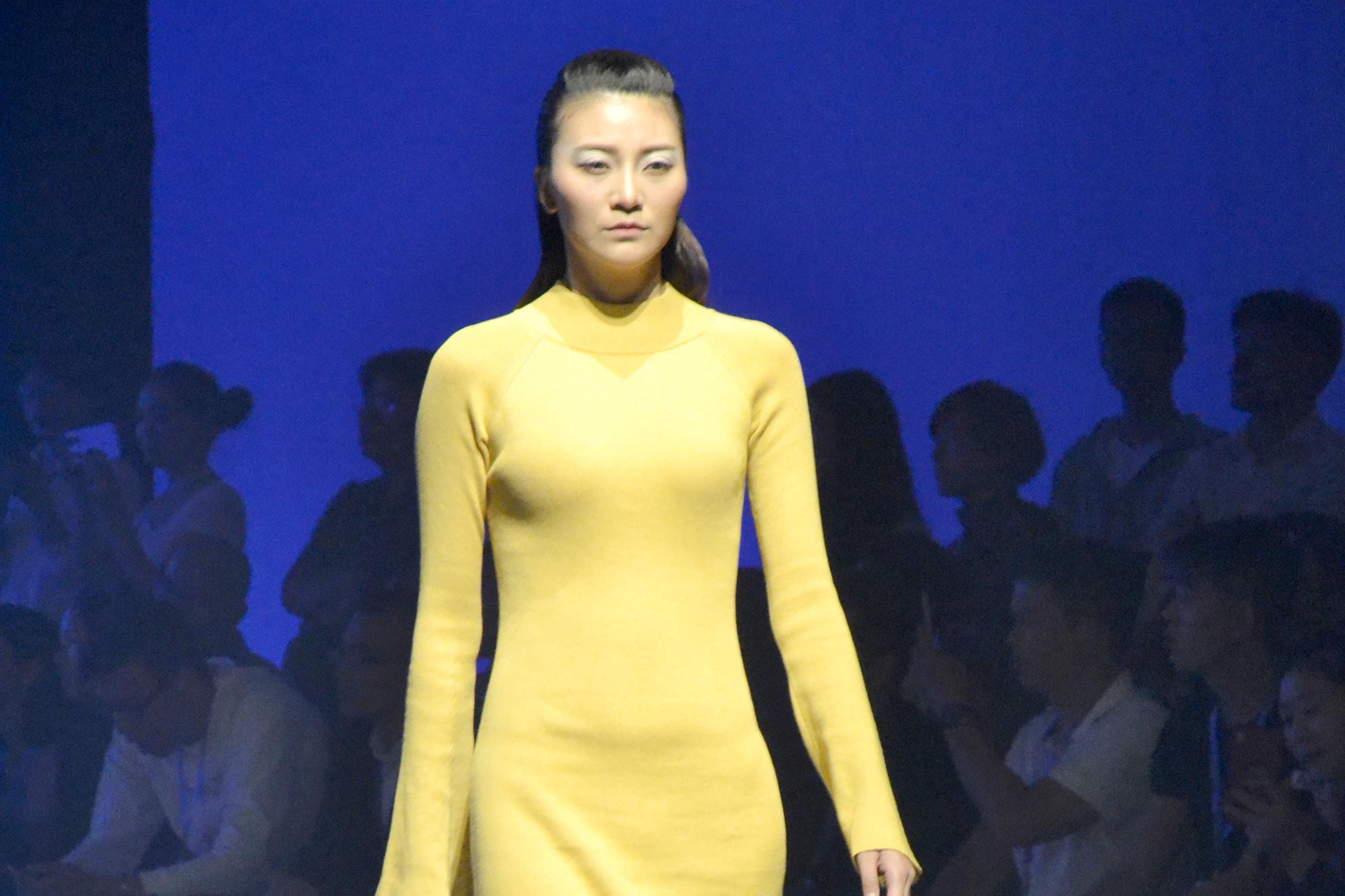 设计师邓兆萍作品《The Space》演绎2018/19中国(大朗)毛织服装流行趋势