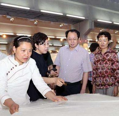 晋城市委副书记冯建平在吉利尔丝绸调研
